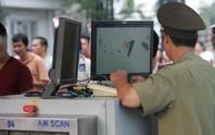 Một cảnh sát mang súng trong hành lý ở sân bay Nội Bài