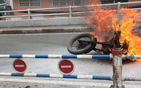 Xe mô tô cháy ngùn ngụt trên cầu Chánh Hưng