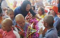 Phó Chủ tịch nước tặng quà bệnh nhi ung thư
