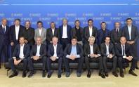 HLV Wenger không cho Mourinho ngồi cạnh khi chụp ảnh chung