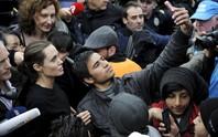 Đám đông người tị nạn vây kín Angelina Jolie