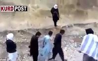 Sắp bị hành quyết, tử tù húc đầu, cướp súng đao phủ IS