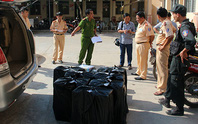 An Giang: Xe gắn biển giả quân sự chở gần 5.500 bao thuốc lá lậu