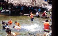 Trượt chân khi tắm suối, một du khách tử vong