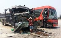 Xe khách và xe tải tông nhau, 6 người nhập viện