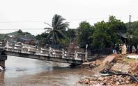 Ninh Thuận: Tơi tả vì hứng mưa, lũ quét