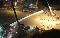 Hà Nội: Dầm thép hơn 100 tấn đứt cáp rơi xuống đường