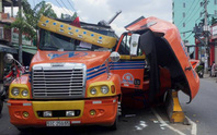 Cuộn thép nặng hàng chục tấn đè nát cabin xe container
