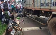 Xe tải tông hàng loạt xe dừng đèn đỏ, cán nát chân 1 phụ nữ