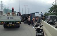 Xe tải lật trên cầu Sài Gòn, giao thông kẹt cứng