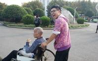 Trung Quốc: Sống cùng cha bị liệt ở ký túc xá