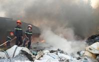 Xưởng phế liệu cháy rụi, khu dân cư nháo nhào