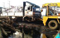 Xe tải chở gỗ tông chết một phụ nữ đi khám bệnh