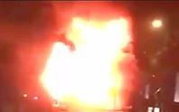 Đang chạy, xe khách giường nằm bốc cháy dữ dội