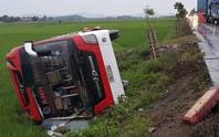 Xe khách giường nằm bay xuống ruộng, 11 người thương vong