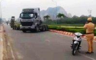 Xe đầu kéo chạy trốn CSGT gây náo loạn trên phố