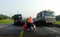 Tạm giữ tài xế xe tải đi ngược chiều tông chết 2 anh em ruột
