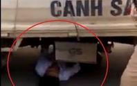 Bị giữ xe, nam thanh niên chui vào gầm ô tô CSGT ăn vạ