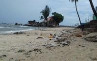 Phú Quốc: Mưa to, rác tràn ngập bãi biển Dinh Cậu