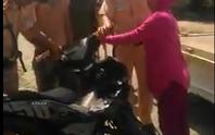 Xôn xao clip CSGT và người dân giằng co 1 chiếc xe
