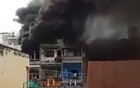 (CLIP): Cửa hàng ở chợ phụ tùng xe máy bốc cháy nghi ngút