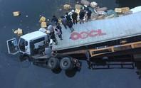 Xe đầu kéo lao từ trên cầu xuống sông, tài xế tử nạn