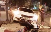 """""""Xế hộp"""" tông xe máy vỡ nát, 2 người thoát chết hy hữu"""