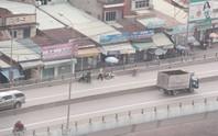 Kinh hoàng người đi xe máy bị ô tô tông văng khỏi cầu vượt
