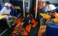 Cứu thuyền viên bị tai nạn ở Hoàng Sa