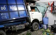 Xe container tông xe rác văng vào nhà dân