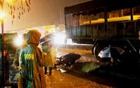 Người phụ nữ chết thương tâm dưới bánh xe tải trong cơn mưa