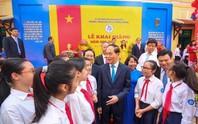 Chủ tịch nước Trần Đại Quang tươi cười chào mừng học sinh