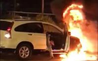 Đi vào làn buýt nhanh BRT, xe máy và ô tô bốc cháy dữ dội