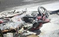 Va chạm với xe tải, xe máy bốc cháy, bé 5 tuổi nguy kịch