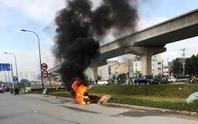 Xe máy cháy như đuốc, chủ xe bỏ đi sau sự cố