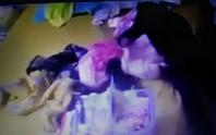 Mẹ chết lặng thấy con gái 2 tháng tuổi bị người giúp việc tra tấn