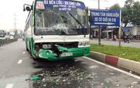 Xe buýt tông nhau biến dạng, hành khách hốt hoảng