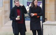 Không bị Mourinho thanh lý, Schweinsteiger rủ vợ xinh ăn mừng