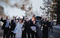 Mỹ: Bộ ảnh cưới độc với chiếc xe bốc cháy