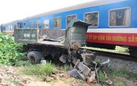Tàu hỏa tông xe tải, tài xế nhập viện