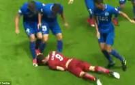 Oscar bị cầu thủ Trung Quốc đánh hội đồng
