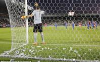 Thủ môn tuyển Ý bị fan ném tiền vào mặt lúc thi đấu