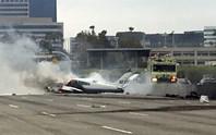 Mỹ: Máy bay bất ngờ lao xuống đường cao tốc