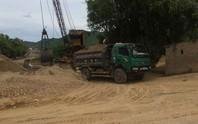 Ngang nhiên khai thác cát ở sông Gianh