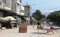 Dựng rào chặn xe vì công trình gây bụi