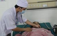 Các nhân viên y tế hiến máu cứu sống một phụ nữ nguy kịch