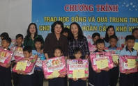 Phó Chủ tịch nước tặng quà trung thu cho trẻ em nghèo