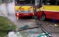 2 xe buýt cùng hãng tông nhau, tài xế mắc kẹt trong cabin