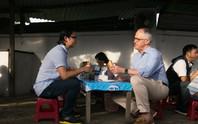 Thủ tướng Úc thích thú thưởng thức bánh mì vỉa hè Đà Nẵng