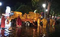 Mưa lớn, Hà Nội ngập sâu, giao thông hỗn loạn